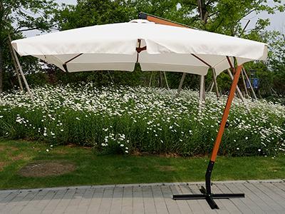 Как сэкономить пространство с помощью уличных зонтов